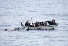 Σομαλοί πειρατές και όμηροι ακινητοποιήθηκαν από δυνάμεις του ΝΑΤΟ που έχουν σπεύσει στην περιοχή.