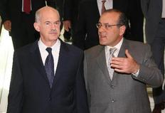 Ο πρόεδρος του ΣΕΒ υποδέχεται τον Γ. Παπανδρέου στο Μέγαρο Μουσικής.