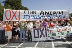 Συγκέντρωση εργαζομένων των εργοστασίων της Ενωμένης Κλωστοϋφαντουργίας έξω από το υπουργείο Οικονομίας και Οικονομικών (φωτο αρχείου)