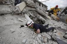 Συνεχίζουν να ανασύρουν επιζώντες από τα ερείπια οι διασώστες.