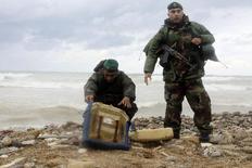Λιβανέζοι στρατιώτες ερευνούν τα συντρίμμια του αεροσκάφους, που έχουν βγει στην ακτή.