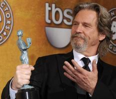 Η χρονιά του Τζεφ Μπρίτζες φαίνεται πως θα είναι η φετινή. Ο ηθοποιός κέρδισε τη Χρυσή Σφαίρα και το βραβείο της Ένωσης Ηθοποιών (φωτό) για την ερμηνεία του στην ταινία Crazy Heart, ενώ είναι υποψήφιος και για Όσκαρ.