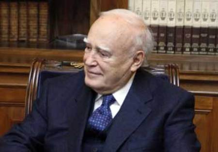 http://assets.tanea.gr/files/2010-02-03/thumbs/PAPOULIAS%2003_450x.jpg