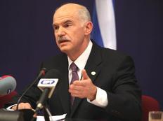 Τον Έλληνα πρωθυπουργό υποδέχεται στην Ντάουνινγκ Στριτ ο Γκόρντον Μπράουν.