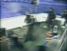 Ισραηλινοί κομάντος την ώρα της επιδρομής σε ένα από τα πλοία.  Εικόνα από βίντεο.
