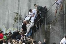 Γερμανοί αστυνομικοί απομακρύνουν μία γυναίκα που έχασε τις ασιθήσεις της έξω από τη σήραγγα την ώρα του πανικού.