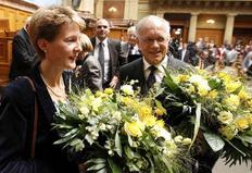 Η Σιμονέτα Σομαρούγκα και ο Γιόχαν Σνάιντερ-Αμάν γιορτάζουν την  εκλογή τους στο ομοσπονδιακό συμβούλιο.