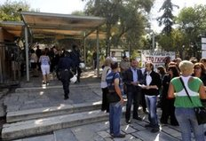 Νέα κινητοποίηση στον αρχαιολογικό χώρο της Ακρόπολης πραγματοποιούν από το πρωί οι συμβασιούχοι του υπουργείου Πολιτισμού, οι οποίοι έχουν καταλάβει τα εκδοτήρια εισιτηρίων και έτσι η είσοδος των επισκεπτών είναι δωρεάν.
