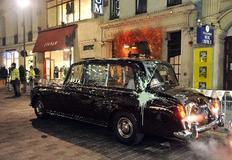 Το αυτοκίνητο του πρίγκιπα Κάρολου μετά την επίθεση. Φαίνονται η άσπρη μπογιά που έριξαν οι νεαροί και το σπασμένο πλαϊνό παράθυρο.