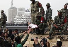 Διαδηλωτές και στρατιώτες στους δρόμους του Καϊρου.