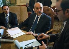 Ο αντιπρόεδρος της αιγυπτιακής κυβέρνησης Ομάρ Σουλεϊμάν(κέντρο) με εκπροσώπους της αντιπολίτευσης
