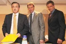 Ο εκπρόσωπος του ΔΝΤ o Πολ Τόμσεν (κέντρο), της Ευρωπαϊκής Επιτροπής Σέρβας Ντερούζ (αριστερά) και της Ευρωπαϊκής Κεντρικής Τράπεζας Κλάουζ Μασούχ (δεξιά)