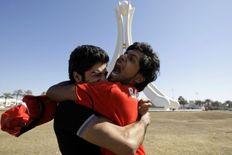 Διαδηλωτές στη Μανάμα, πρωτεύουσα του Μπαχρέιν, πανηγυρίζουν μετά  την αποχώρηση του στρατού