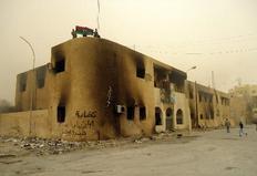 Διαδηλωτές στην ταράτσα καμένου κτιρίου στο Τομπρούκ της Λιβύης.