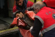 Άνδρες του ΕΚΑΒ μεταφέρουν έναν απεργό πείνας στο νοσοκομείο.