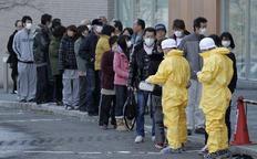Τεχνικοί μετρούν τα επίπεδα ραδιενέργειας στους κατοίκους της πόλης Νιχονμάτσου.
