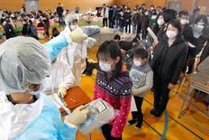 Συνεργεία μετρούν τα επίπεδα ραδινέργειας στους κατοίκους κοντά στο πυρηνικό εργοστάσιο της Φουκουσίμα.