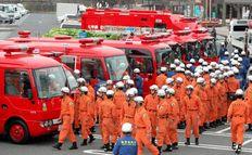 Ιάπωνες πυροσβέστες λίγο πριν αναχωρήσουν από την βάση τους με προορισμό το πυρηνικό εργοστάσιο της Φουκουσίμα