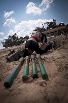Αντάρτης στη Λιβύη προσεύχεται πριν από τη μάχη