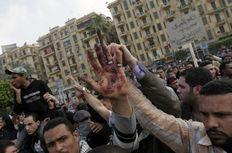 Στην εμβληματική πλέον πλατεία Ταχρίρ οι δυνάμεις της στρατιωτικής αστυνομίας επιχείρησαν να διαλύσουν το πλήθος με γκλόμπς, αλλά και πυροβολισμούς στον αέρα.