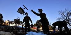 Συνεργεία διάσωσης αναζητόυν πτώματα στα ερείπια σπιτιών περιοχής  που καταστράφηκε από το σεισμό και το τσουνάμι της 11ης Μαρτίου.