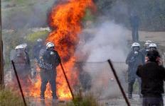 Φωτογραφία αρχείου από επεισόδια ανάμεσα σε δυνάμεις των ΜΑΤ και κατοίκων της Κερατέας.