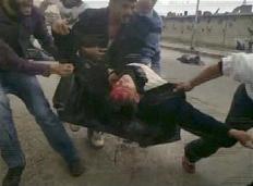 Τραυματίας απομακρύνεται από διαδήλωση στη Δαμασκό