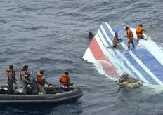 Κομμάτι του μοιραίου αεροσκάφους επιπλέει στον Ατλαντικό Ωκεανό (από τις επιχειρήσεις των σωστικών συνεργείων την επομένη του δυστυχήματος).