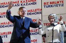 Ο Ταγίπ Ερντογάν και η σύζυγός του Εμινέ χαιρετούν τους οπαδούς του AKP έξω από τα γραφεία του κόμματος στην Άγκυρα