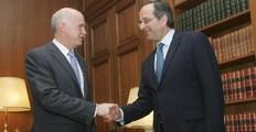 Ο Πρωθυπουργός Γιώργος Παπανδρέου με τον πρόεδρο της αξιωματικής αντιπολίτευσης Αντώνη Σαμαρά (Δ)  (φωτογραφία αρχείου)